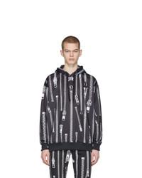 schwarzer und weißer bedruckter Pullover mit einem Kapuze von Moschino