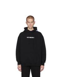 schwarzer und weißer bedruckter Pullover mit einem Kapuze von Vetements