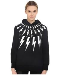 schwarzer und weißer bedruckter Pullover mit einer Kapuze