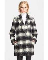 schwarzer und weißer Mantel mit Schottenmuster