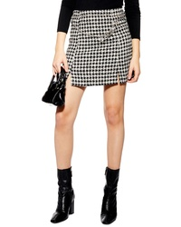 schwarzer und weißer Minirock mit Hahnentritt-Muster