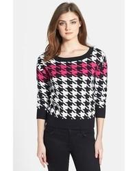 schwarzer und weißer Pullover mit einem Rundhalsausschnitt mit Hahnentritt-Muster