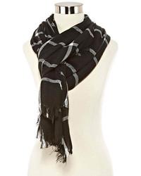 schwarzer und weißer Schal mit Karomuster