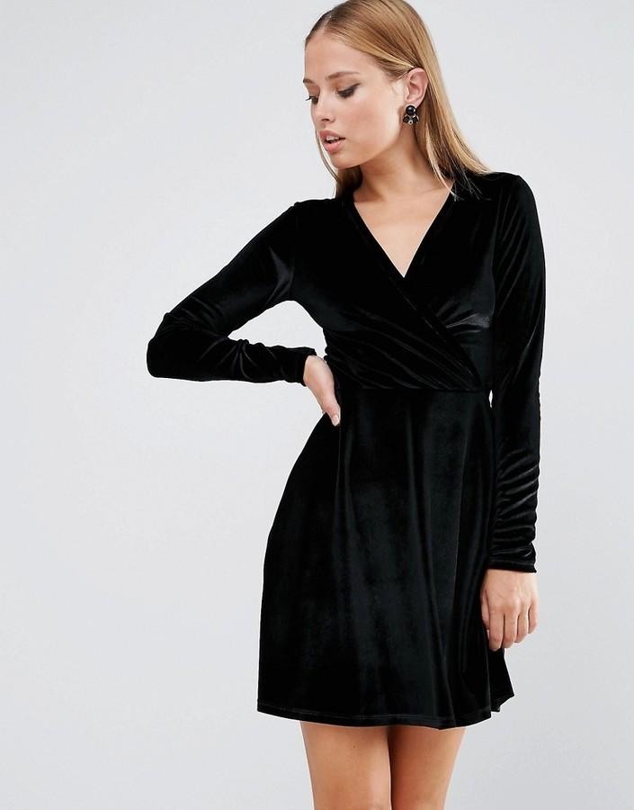 schwarzes ausgestelltes Kleid aus Samt von Asos