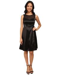 schwarzes ausgestelltes Kleid aus Satin