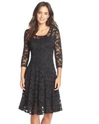 schwarzes ausgestelltes Kleid aus Spitze