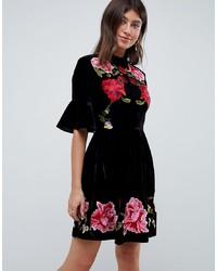 schwarzes besticktes ausgestelltes Kleid aus Samt