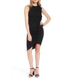 schwarzes figurbetontes Kleid mit Rüschen