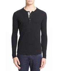 schwarzes Langarmshirt mit einer Knopfleiste