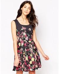 Schwarzes Skaterkleid mit Blumenmuster von Yumi
