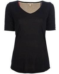 schwarzes T-Shirt mit einem V-Ausschnitt
