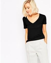 schwarzes T-Shirt mit einem V-Ausschnitt von Vero Moda