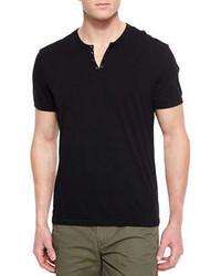 schwarzes T-shirt mit einer Knopfleiste