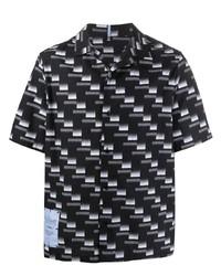 schwarzes und weißes bedrucktes Kurzarmhemd von McQ