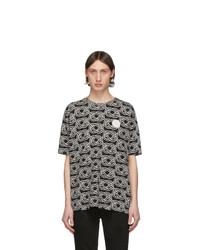 schwarzes und weißes bedrucktes T-Shirt mit einem Rundhalsausschnitt von Tiger of Sweden Jeans