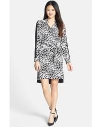schwarzes und weißes Chiffonshirtkleid mit Leopardenmuster