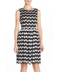 schwarzes und weißes gepunktetes ausgestelltes Kleid