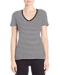schwarzes und weißes horizontal gestreiftes T-Shirt mit einem V-Ausschnitt