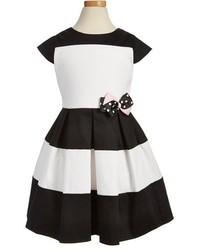 schwarzes und weißes Kleid