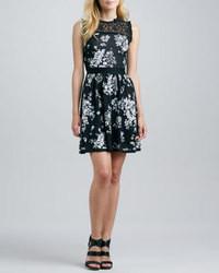 schwarzes und weißes Skaterkleid mit Blumenmuster
