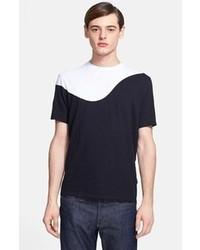 schwarzes und weißes T-Shirt mit einem Rundhalsausschnitt