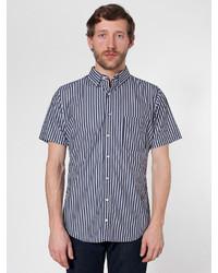 schwarzes und weißes vertikal gestreiftes Kurzarmhemd