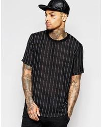 schwarzes vertikal gestreiftes T-Shirt mit einem Rundhalsausschnitt