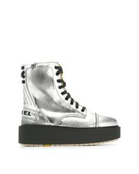silberne flache Stiefel mit einer Schnürung aus Leder von Diesel