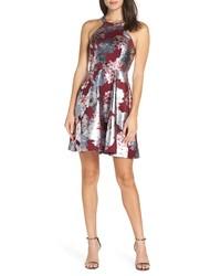silbernes ausgestelltes Kleid mit Blumenmuster