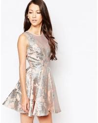 silbernes ausgestelltes Kleid
