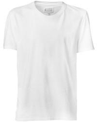 Entscheiden Sie sich für ein weißes Businesshemd und ein T-Shirt mit einem Rundhalsausschnitt, um einen modischen Freizeitlook zu kreieren.