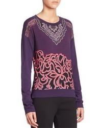 violetter bedruckter Pullover mit einem Rundhalsausschnitt