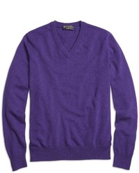violetter Pullover mit einem V-Ausschnitt