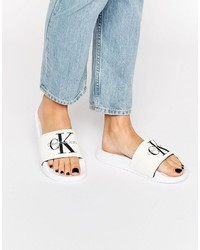 weiße flache Sandalen aus Segeltuch
