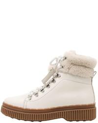 weiße flache Stiefel mit einer Schnürung aus Leder
