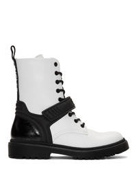weiße flache Stiefel mit einer Schnürung aus Leder von Moncler