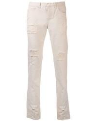 weiße Jeans mit Destroyed-Effekten
