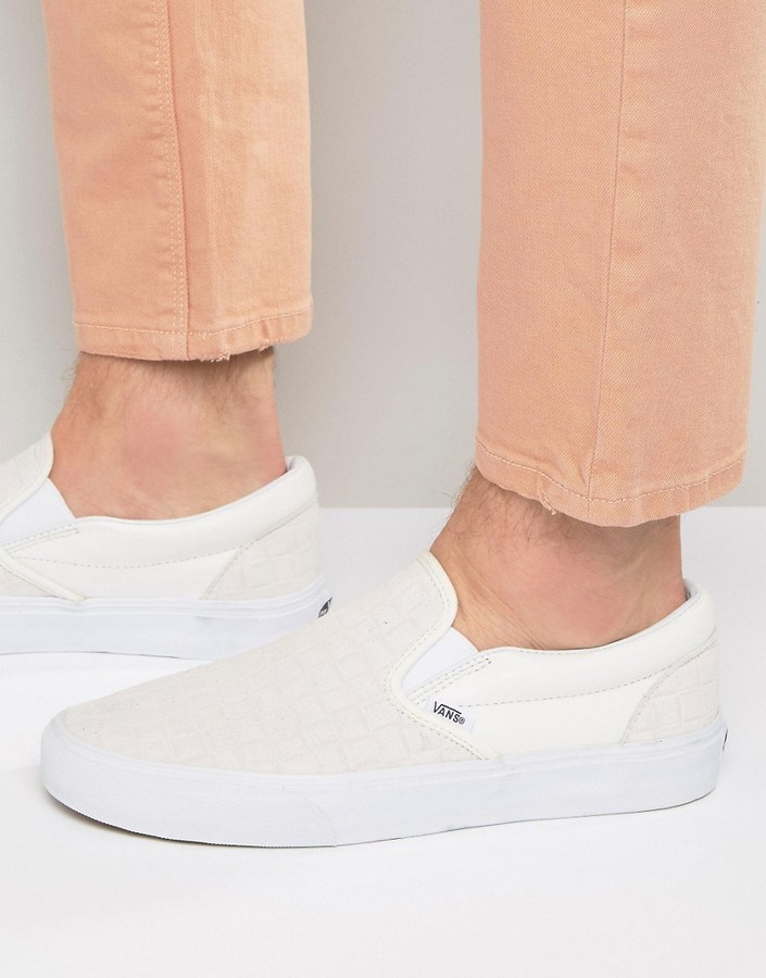 €77, weiße Slip-On Sneakers aus Leder mit Karomuster von Vans
