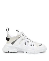 weiße Sportschuhe von McQ