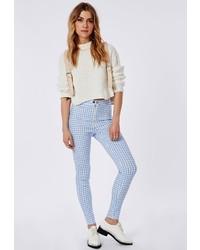 weiße und blaue enge Hose mit Karomuster
