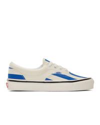 weiße und blaue Segeltuch niedrige Sneakers