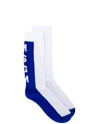 weiße und blaue Socken