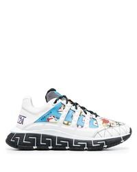 weiße und blaue Sportschuhe von Versace