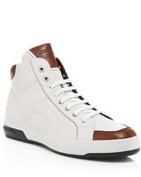 weiße und braune hohe Sneakers