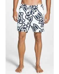 weiße und dunkelblaue bedruckte Shorts