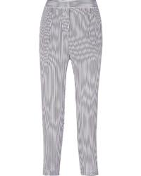 weiße und dunkelblaue enge Hose