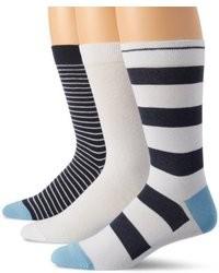 weiße und dunkelblaue horizontal gestreifte Socken