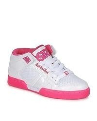 weiße und rosa Sportschuhe