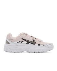 weiße und rosa Sportschuhe von Nike