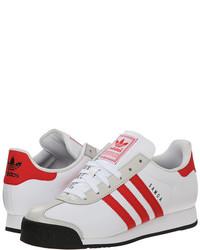 weiße und rote Sportschuhe